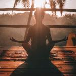 puesta de sol yoga en la playa